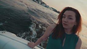 Recht rotes Haarmädchen im Türkiskleid auf Motorboot Kamera: Nikon F-301, AIS 28/2 landschaft stock video footage