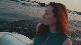 Recht rotes Haarmädchen im Türkiskleid auf Motorboot Kamera: Nikon F-301, AIS 28/2 nave stock footage