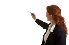 Recht rothaariges Geschäftsfrauschreiben mit Stift stockfoto