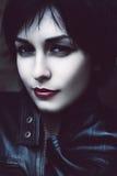 Recht schlaue Frau mit den roten Lippen Stockfotos