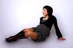 Recht schwangeres Sitzen auf einem Fußboden Stockbild