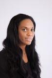 Recht schwarze Frau, die an der Kamera lächelt Stockfotos