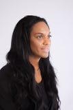 Recht schwarze Frau, die an der Kamera lächelt Lizenzfreies Stockbild