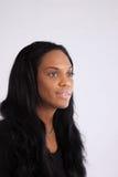 Recht schwarze Frau, die an der Kamera lächelt Stockfoto