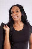 Recht schwarze Frau, die an der Kamera lächelt Stockbild