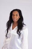 Recht schwarze Frau, die an der Kamera lächelt Lizenzfreies Stockfoto