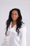 Recht schwarze Frau, die an der Kamera lächelt Stockbilder