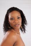 Recht schwarze Frau, die durchdacht schaut Lizenzfreies Stockfoto