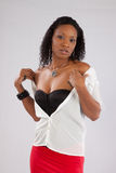 Recht schwarze Frau, die durchdacht schaut Stockbilder