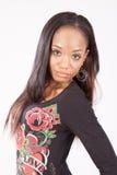 Recht schwarze Frau in geblühter Blusenstellung Lizenzfreies Stockfoto