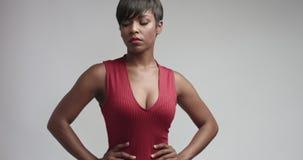 Recht schwarze junge Frau im festen roten Trikotkleid stock video
