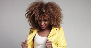Recht schwarzes Mädchen mit dem großen Haar, das Video aufwirft stock video