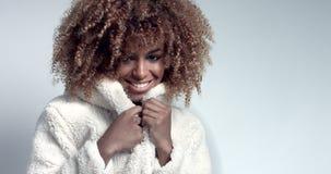 Recht schwarzes Mädchen mit dem großen Haar, das Video aufwirft stock video footage