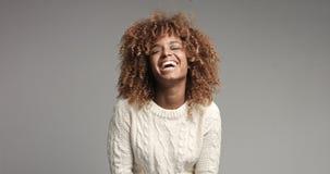 Recht schwarzes Mädchen mit dem großen Haar, das Video aufwirft Lizenzfreie Stockfotos