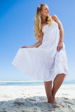 Recht sorglose blonde Aufstellung auf dem Strand Lizenzfreie Stockfotos