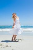 Recht sorglose blonde Stellung auf dem Strand Stockbilder