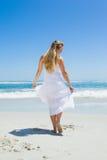 Recht sorgloses blondes Gehen auf den Strand Stockbild