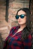 Recht städtisches Mädchenporträt mit Sonnenbrille in der Stadt Stockbild