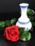 Recht stieg Rot mit dem verzierten Vase Stockbilder