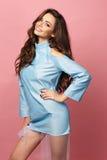 Recht stilvolles Mädchen im blauen Kleid stockbild
