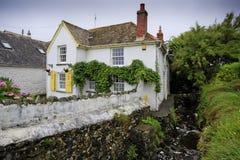 Recht traditionelles Haus durch einen Strom - Landschaft Lizenzfreies Stockfoto