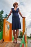 Recht traurige Frau auf Spielplatz Stockbild