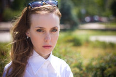 Recht traurige junge Frau stockfotografie