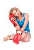 Recht trauriges Mädchen mit Boxhandschuhen Stockfotografie