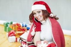 Recht und lachender rothaariger Cucasian Santa Girl With ein Bündel Lizenzfreies Stockbild