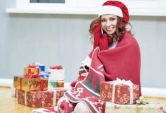 Recht und lachender rothaariger Cucasian Santa Girl With ein Bündel Stockbild