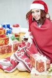 Recht und lachender rothaariger Cucasian Santa Girl With ein Bündel Stockbilder