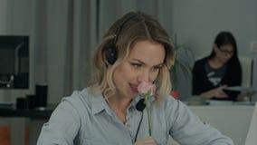 Recht weibliche Büroangestelltholding stieg und sprechend mit ihrem stillen Bewunderer stockfoto