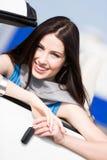 Recht weiblicher Fahrer, der den Cabrioletschlüssel zeigt Stockfotos