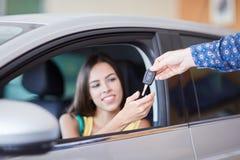 Recht weiblicher Kauf ein Neuwagen Erfolgs- und Lebensstilkonzept stockfotografie