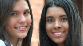 Recht weiblicher Teenager-lächelnde Verschiedenartigkeit lizenzfreies stockbild