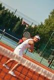 Recht weiblicher Tennis-Spieler, der ein Match spielt Stockfotos