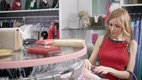 Recht weibliches Einkaufen stock footage