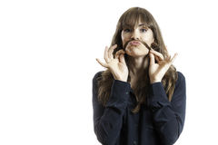 Recht weibliches vorbildliches Making Fake Mustache mit dem langen Haar Lizenzfreie Stockbilder