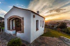 Recht weißes Haus auf einem Hügel Stockbilder