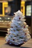 Recht wenig Weihnachtsbaum sagt alles über die Bedeutung von Weihnachten Stockfotografie