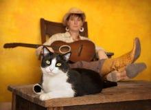 Recht westliche Frau mit Gitarre und Katze Lizenzfreies Stockbild