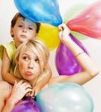 Recht wirkliche Familie mit Farbe steigt auf weißem Hintergrund, blon im Ballon auf Lizenzfreie Stockfotografie