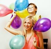 Recht wirkliche Familie mit Farbe steigt auf weißem Hintergrund, blon im Ballon auf Stockbilder
