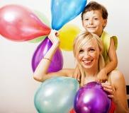 Recht wirkliche Familie mit Farbe steigt auf weißem Hintergrund, blon im Ballon auf Lizenzfreies Stockbild