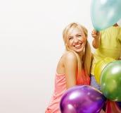 Recht wirkliche Familie mit Farbe steigt auf weißem Hintergrund, blon im Ballon auf Lizenzfreies Stockfoto