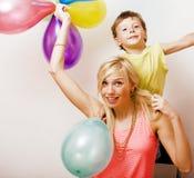 Recht wirkliche Familie mit Farbe steigt auf weißem Hintergrund, blon im Ballon auf Stockfotografie