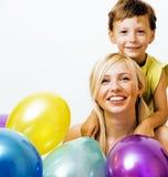 Recht wirkliche Familie mit Farbe steigt auf weißem Hintergrund, blon im Ballon auf Lizenzfreie Stockfotos