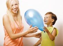 Recht wirkliche Familie mit Farbe steigt auf weißem Hintergrund, blon im Ballon auf Stockfotos