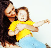 Recht wirkliche normale Mutter mit nettem blondem kleinem Tochterabschluß oben lokalisiert auf weißem Hintergrund, Lebensstilleut Stockfotos