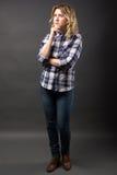 Recht zufälliges junges Mode-Modell in voller Länge bei der Blue Jeans-Aufstellung Stockfotos